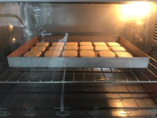 抹茶冰激凌夹心曲奇,预热烤箱150度上下火5分钟。放入烤盘烘烤,150度上下火烘烤40分钟左右,时间和温度自己根据烤箱进行调整。