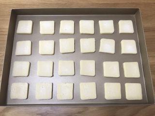 抹茶冰激凌夹心曲奇,均匀的分布在屋诺UN1007不粘烤盘上,一次可以烘烤24块。