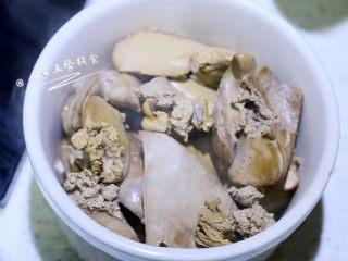 鸡肝藕饼,鸡肝煮熟透,大约10分钟,取出勺子压成泥。