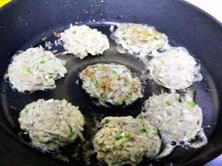 鸡肝藕饼,热油热锅,搓一个球放锅里,用铲子按扁,小火煎。