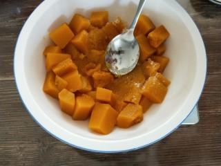南瓜酸奶慕斯,蒸好的南瓜取380g,加入白糖拌匀压泥(最好用料理机打成泥)