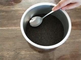 南瓜酸奶慕斯,拌好的饼干放模具中,用勺子压实放冰箱冷藏