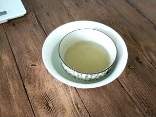 南瓜酸奶慕斯,凉开水中加5g吉利丁粉,并隔水溶化