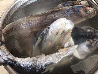 简简单单,咸鱼白菜也好好味 咸鱼花肉煲,咸鱼先冲洗干净,泡水半小时去咸味(中途可换一次水) 这不是那种梅香咸鱼哟,这种是中等咸度的,梅香咸鱼咸度太重不宜这种做法的