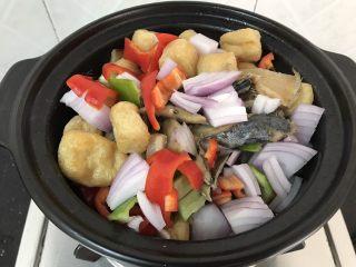 简简单单,咸鱼白菜也好好味 咸鱼花肉煲,加入所剩下的配料,翻炒均匀煮十分钟(除了蒜苗)