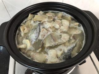 简简单单,咸鱼白菜也好好味 咸鱼花肉煲,加入的酒量以刚没过表面为宜