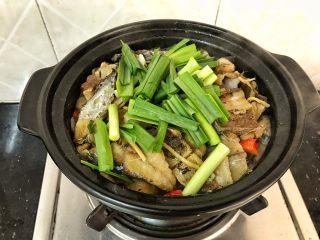 简简单单,咸鱼白菜也好好味 咸鱼花肉煲,最后再加入蒜苗提香,翻几下蒜苗变色就可以了!