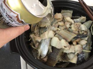 简简单单,咸鱼白菜也好好味 咸鱼花肉煲,然后把一罐啤酒加进去,大火烧开转中火慢慢收汁