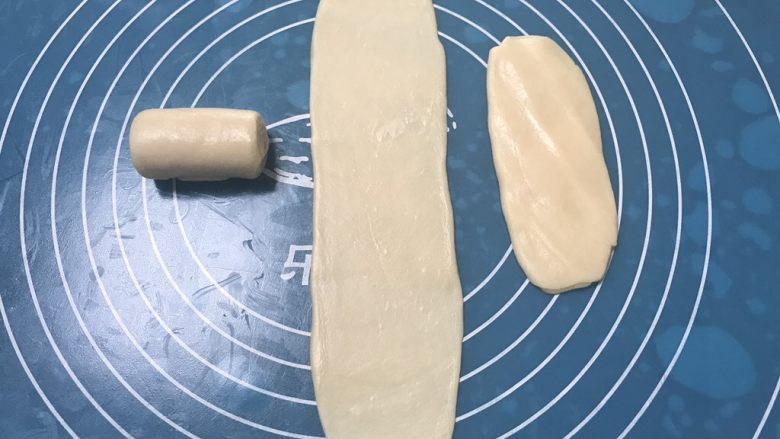 榨菜鲜肉月饼,再次取第一个卷好的面团,用手掌摁一下然后擀成长舌状,比之前擀的要窄一些,由上至下卷起