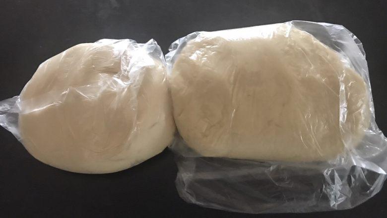 榨菜鲜肉月饼,水油皮材料全部混合揉均匀装保鲜袋松弛一个小时,油皮要使劲揉揉,油酥材料混合揉均匀装保鲜袋松弛一个小时