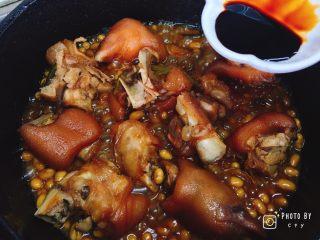 满满胶原蛋白的黄豆焖猪蹄,倒入老抽,翻拌均匀即可。