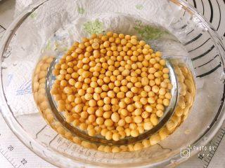 满满胶原蛋白的黄豆焖猪蹄,黄豆里面倒入适量清水(材料之外的),提前两个半小时泡发。