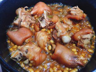 满满胶原蛋白的黄豆焖猪蹄,收汁收得差不多时,猪蹄也煮得差不多了,这时的猪蹄已经软烂入味了。