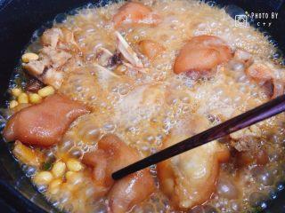 满满胶原蛋白的黄豆焖猪蹄,收汁收得差不多时,用筷子插一下猪蹄看看熟的程度,基本上还是偏紧实的状态。