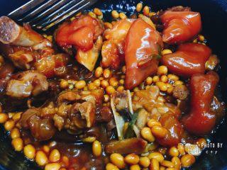 满满胶原蛋白的黄豆焖猪蹄,可以多翻拌一会儿,色泽更诱人。