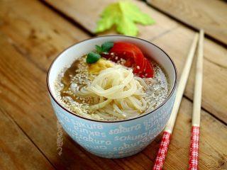 解暑,就是一碗Q弹冷面,清爽酸甜Q弹的冷面做好了,看看是不是很简单呐。