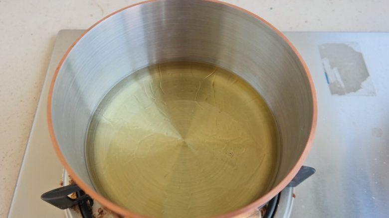 香辣螃蟹,锅内放油小火热油