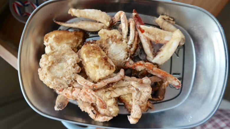 香辣螃蟹,炸至金黄色即可
