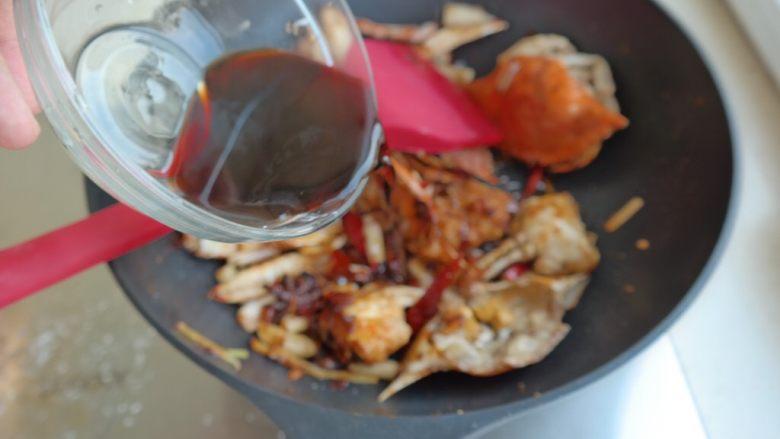 香辣螃蟹,倒入之前调好的汁 翻炒均匀