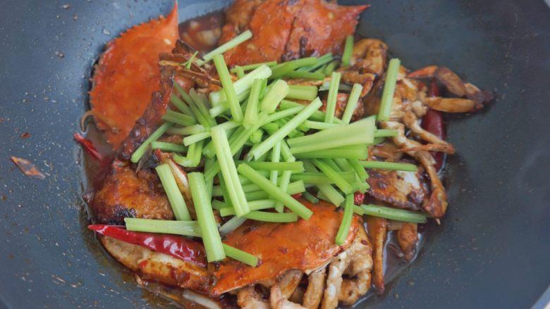 香辣螃蟹,放入芹菜翻炒