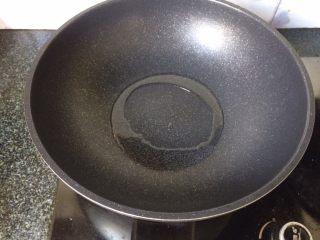 茄汁金针菇,锅中热油