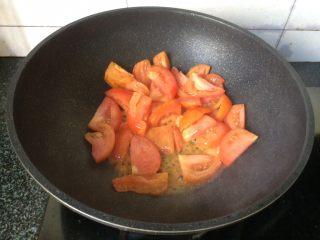 茄汁金针菇,倒入番茄块