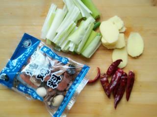 土豆炖鸡块,葱切段,姜切片,辣椒整的就可以,备用