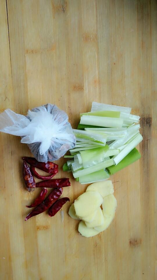 土豆炖鸡块,大料用布包起来,备用