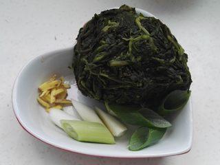 爆炒枸杞芽,准备好的原料:枸杞芽放水中化冻,挤水(鲜枸杞芽焯水后直接用),姜切丝,葱切段或切丝。