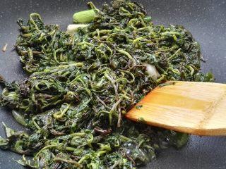 爆炒枸杞芽,翻炒(锅太干可从一圈倒入适量开水或温水)。