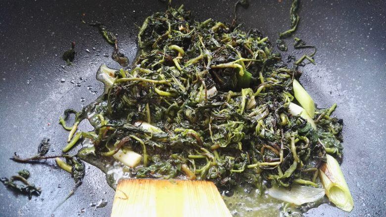 爆炒枸杞芽, 感觉热透就可以了,因为枸杞芽是熟的。
