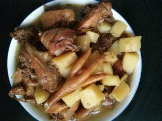 土豆炖鸡块,待鸡块熟了加入切好的土豆块,继续炖大概十分钟,香喷喷的土豆鸡块可以吃了,味道杠杠的