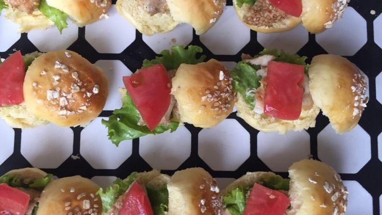 mini汉堡包,放上西红柿