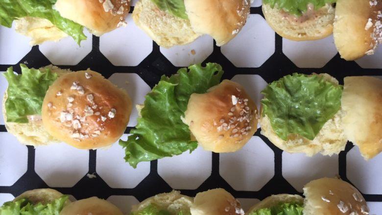 mini汉堡包,放上生菜