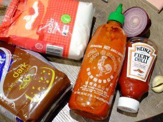 秘制异国风味鸡胸肉腌料&绝佳搭配 (减肥必备),这里我们还要自制一个印尼辣味拌饭酱 与椰浆饭是绝配哦 材料如图