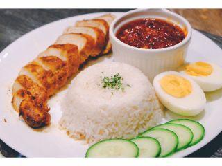 秘制异国风味鸡胸肉腌料&绝佳搭配 (减肥必备),把印尼风味鸡排煎好后切片 配上五片黄瓜和一个白煮蛋 健康美味的印尼风味晚餐就有啦