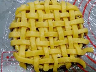 香蕉派,面条放在派盘表面,编出网格