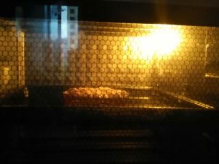香蕉派,放入预热好的烤箱中层,上火190度,下火200度,烘烤20分钟