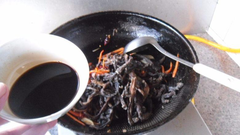 醋烹素鳝丝,烹入碗芡