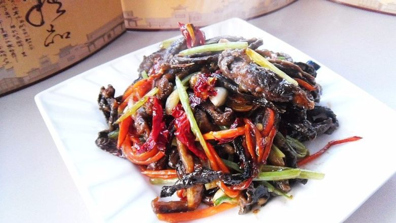 醋烹素鳝丝, 出锅装盘,即可上桌品味