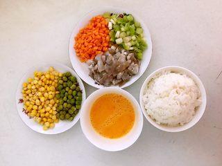 什锦虾仁焗饭,把玉米和青豆用开水烫一下,虾仁和胡萝卜切成小丁,葱切成末,鸡蛋液调匀