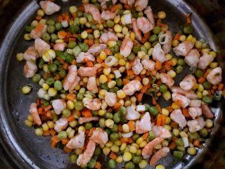 什锦虾仁焗饭,加入玉米粒,青豆和精盐翻炒2分钟