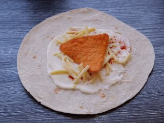 秘制异国风味鸡胸肉腌料&绝佳搭配 (减肥必备),在卷饼上先涂一层酸奶油 撒上辣椒粉 放上芝士 放上玉米脆片一片