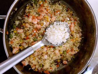 什锦虾仁焗饭,加入1大勺芝士碎,翻炒均匀