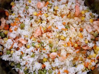 什锦虾仁焗饭,加入鸡蛋液继续翻炒,让所有食材都能均匀的蘸上鸡蛋液