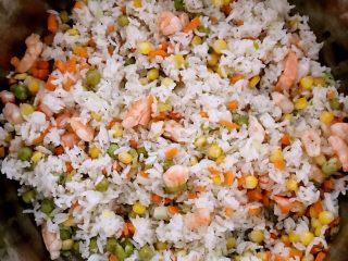 什锦虾仁焗饭,加入米饭翻炒,把米饭打散