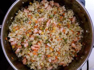 什锦虾仁焗饭,加入精盐翻炒调匀,把米饭炒至完全松散