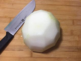 酸甜爽口的柠檬瓜条,冬瓜去皮后洗干净。