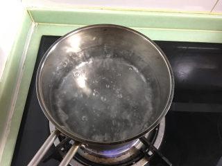 酸甜爽口的柠檬瓜条,取一个小锅,倒入水后煮沸。