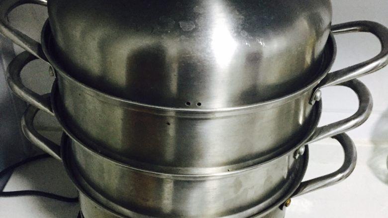 蒸菜不油腻——清蒸秋葵,取蒸锅烧一锅清水,水开后放入秋葵大火蒸10分钟左右即可